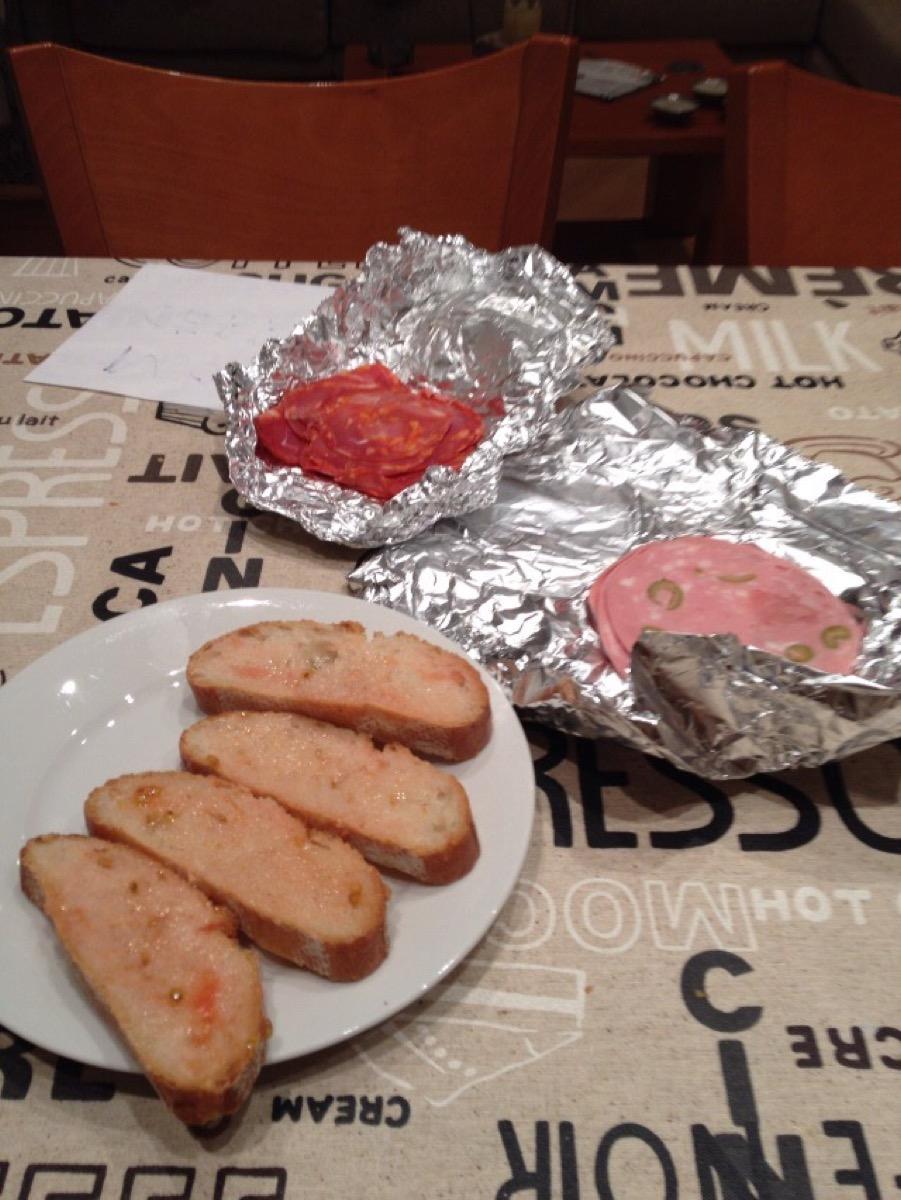 パンにトマトをすりつぶした食べ物