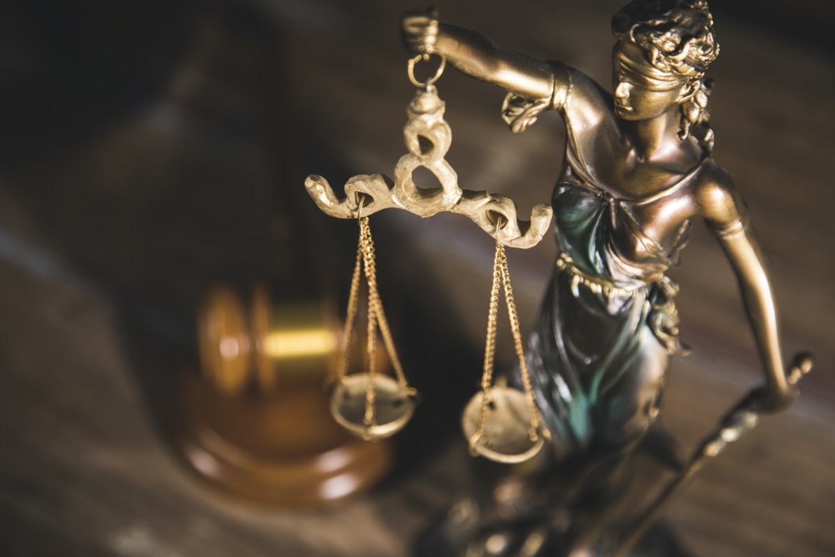 freepik-statue-of-justice-and-gavel-on-wooden-table